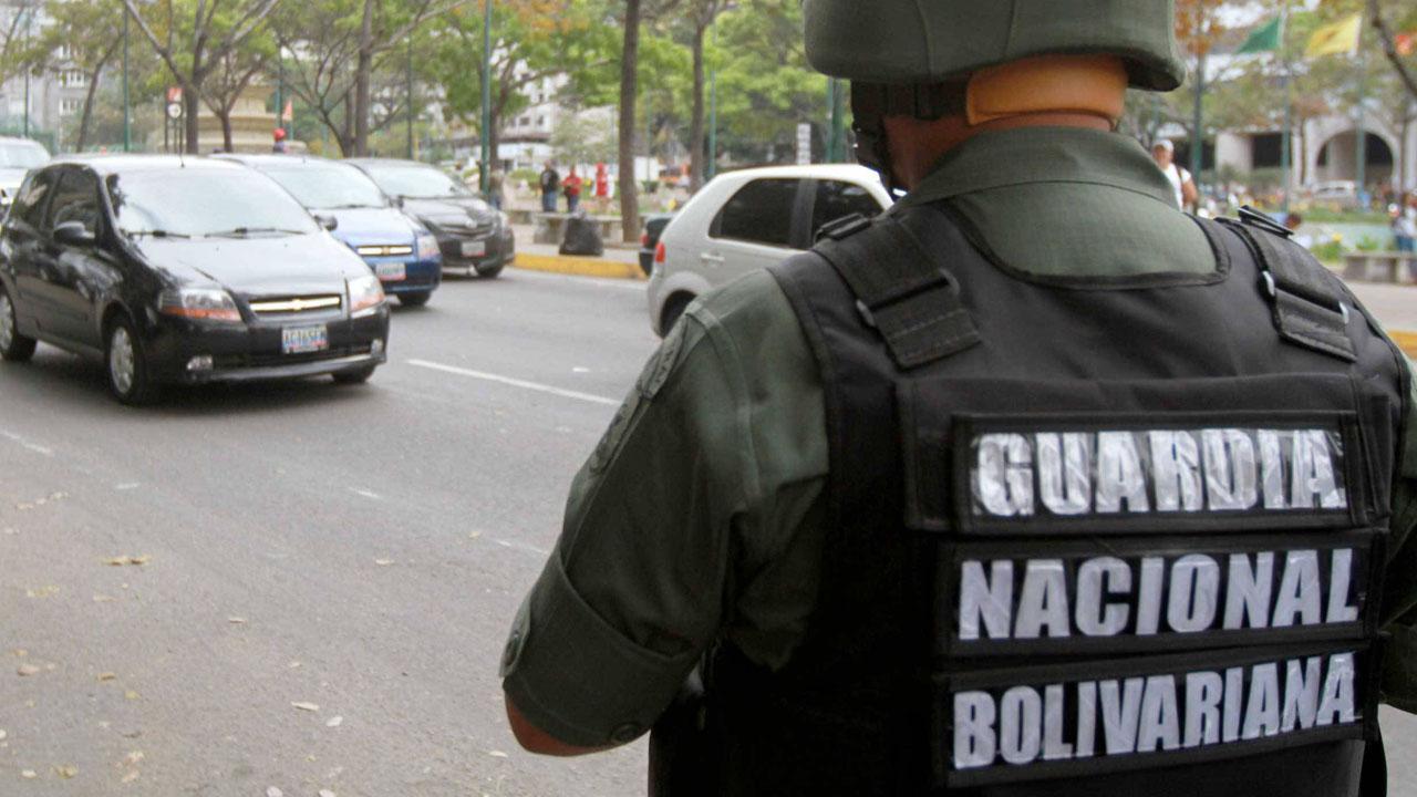 El Sargento Segundo, fue identificado como San Clemente Barrios Neomar y recibió un disparo en medio de una protesta