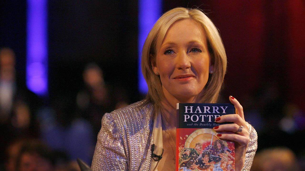 La escritora de la exitosa saga J.K Rowling pidió a los fanáticos que no comprarán el texto si recibían alguna oferta
