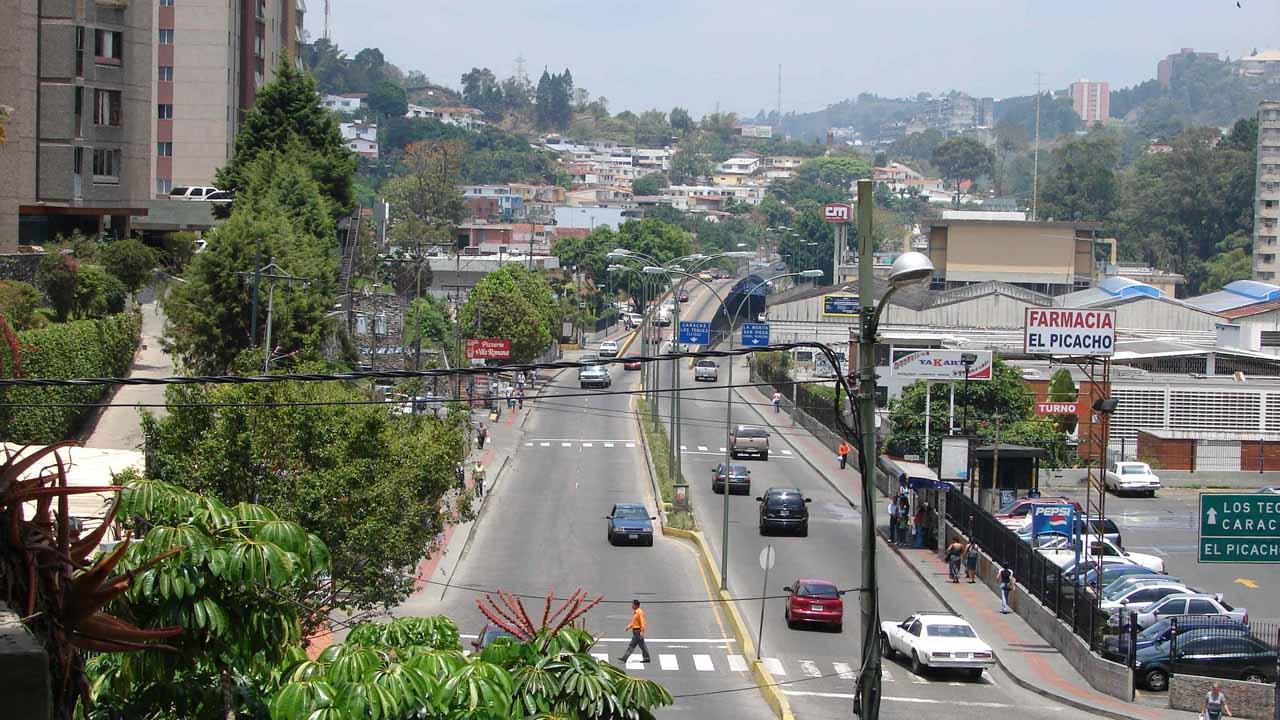 Múltiples barricadas impiden el paso a los vehículos en varias zonas del estado Miranda, según reportan usuarios de Twitter