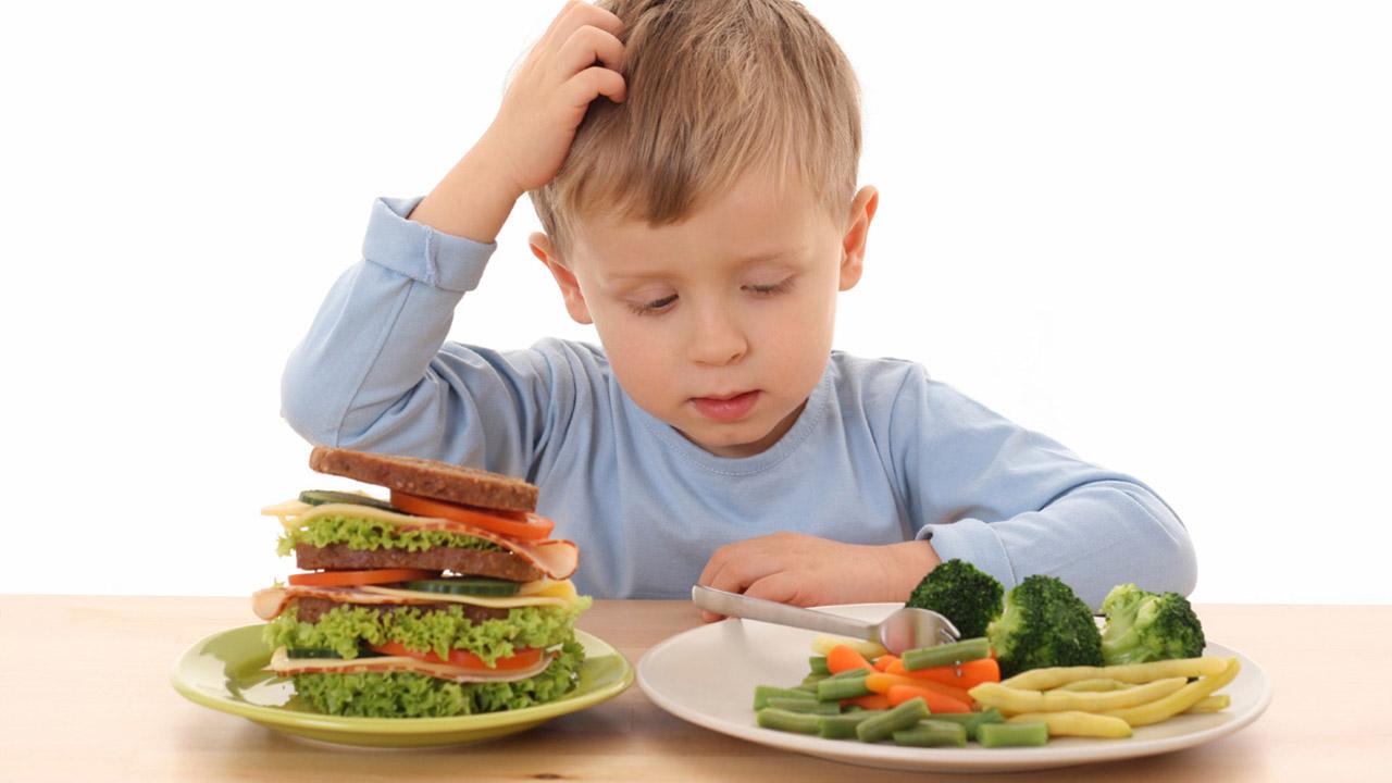 Expertos aseguran que la alimentación emocional de los padres eleva la ingesta emocional de comida en niños en edad escolar