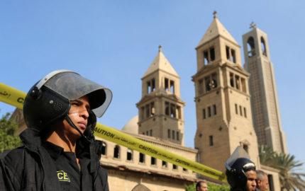 De acuerdo con las autoridades egipcias, un grupo de encapuchados disparó contra el vehículo que se dirigía a un monasterio