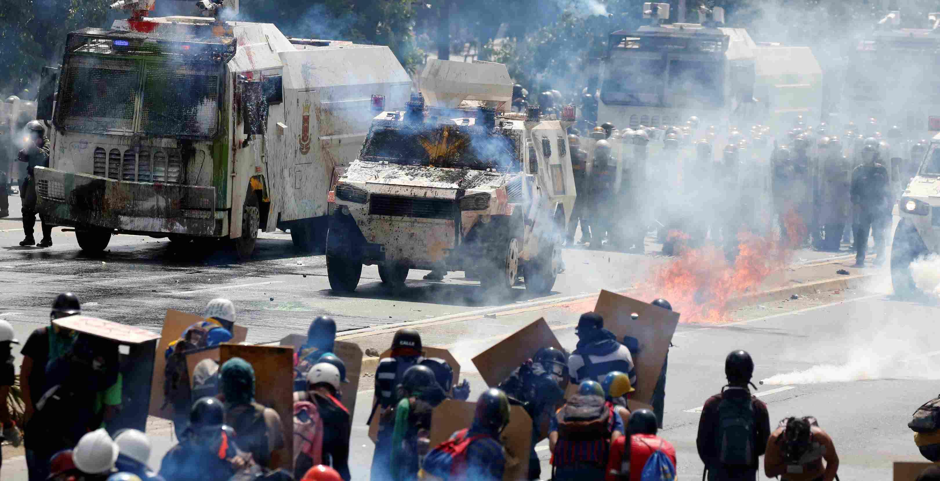 La GNB y la PNB lograron hacer retroceder a los manifestantes que habían tomado la avenida Francisco Fajardo hacia el distribuidor Altamira