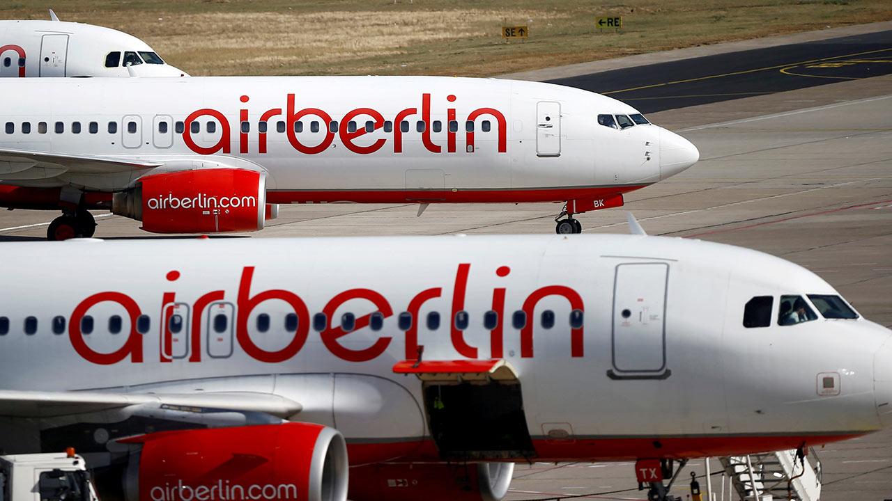 Una aeronave de la línea Air Berlín presentaba un agujero en su fuselaje, que fue avistado y de inmediato informaron a la tripulación del vuelo