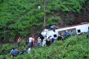 En el accidente, el vehículo cayó por 90 metros de altura y provocó que otros 30 mexicanos resultaran heridos
