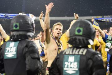 Aficionados del conjunto Eintracht Braunschweig invadieron el campo e hirieron a un funcionario de seguridad