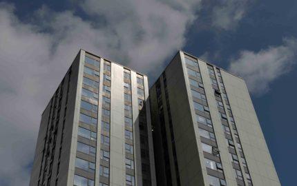 La primera ministra, Theresa May, informó en el Parlamento que su Gobierno ha ordenado realizar inspecciones en 100 edificios al día