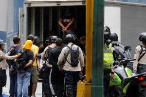 Los jóvenes fueron movilizados en un camión blanco tipo cava sin identificación en el que entró gas lacrimógeno