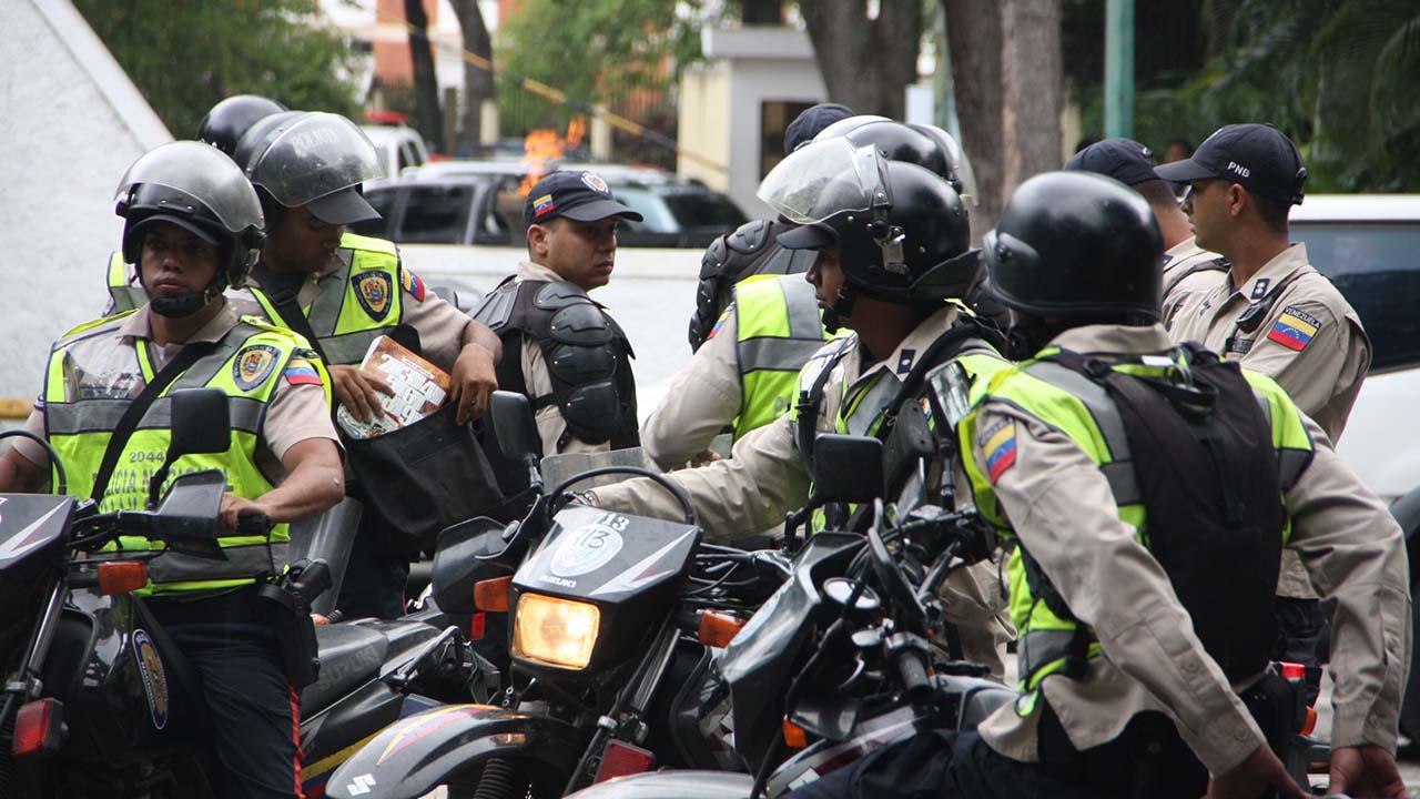 El gobernador del estado Miranda, Henrique Capriles Radonski denunció la situción en su cuenta en Twitter