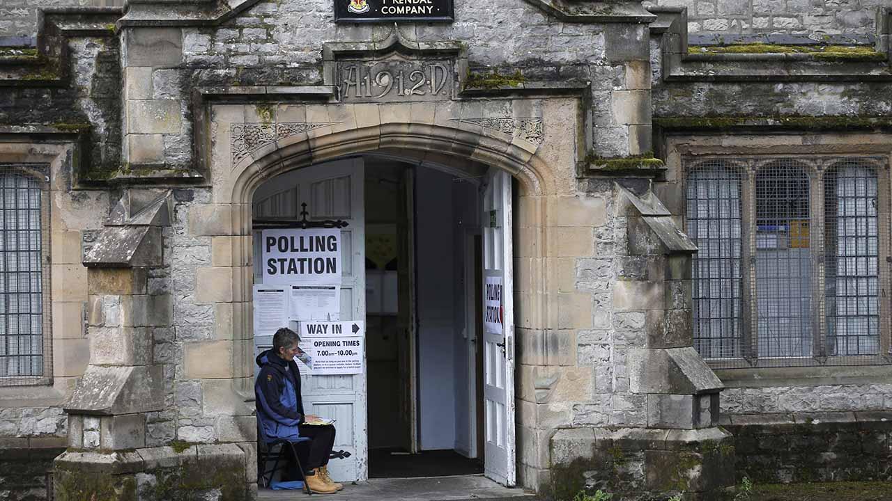 La primera ministra Theresa May y el líder laborista Jeremy Corbyn ya acudieron a votar