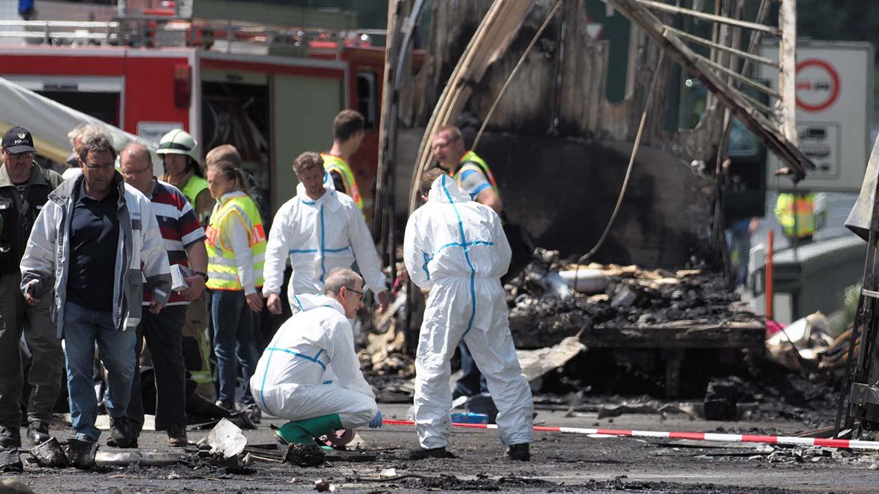 La policia aseguro que las 18 personas desaparecidas posiblemente hayan muerto mientras se incendiaba el autobus tras el choque