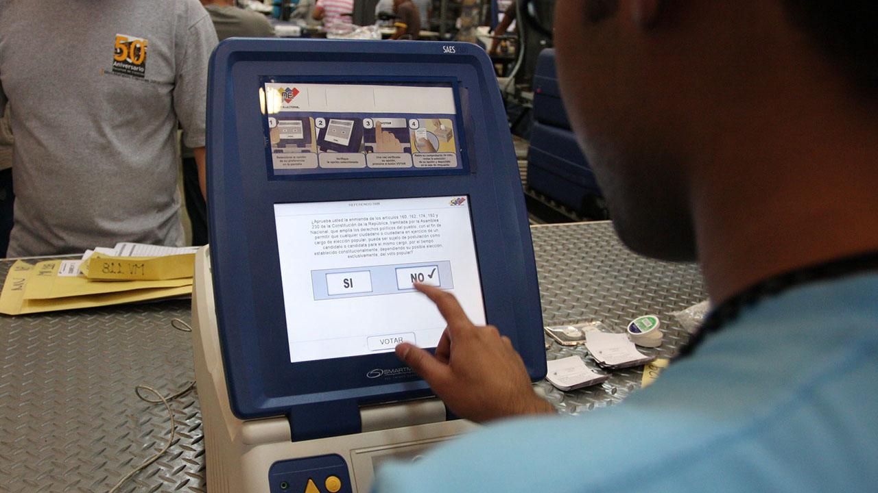 De acuerdo con el cronograma, el procedimiento comenzara con la certificacion del software de las maquinas y cuadernos de votacion