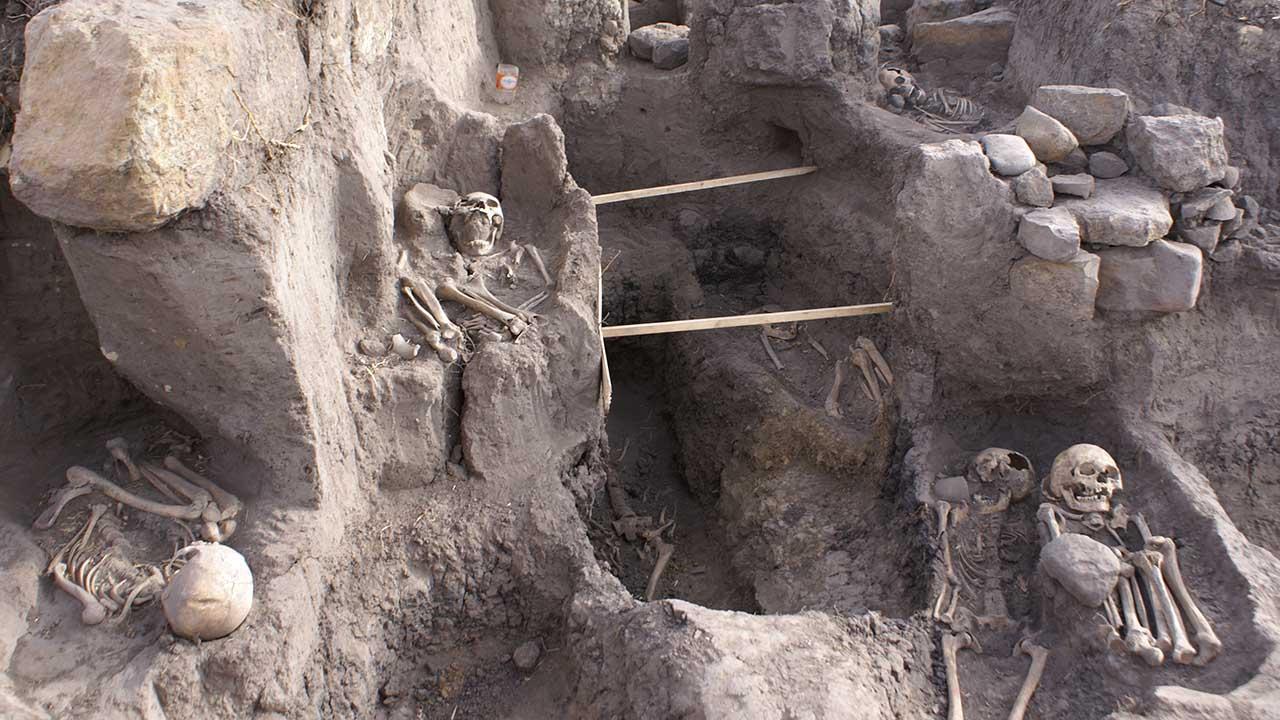 La mayoría de los restos fueron descubiertos acostados boca arriba, con los brazos entrecruzados y a una profundidad de entre uno y dos metros