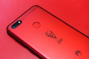 El celular tiene una carcasa roja con el logotipo de KFC y el año 1987, momento en el que la compañía de comida llegó a China