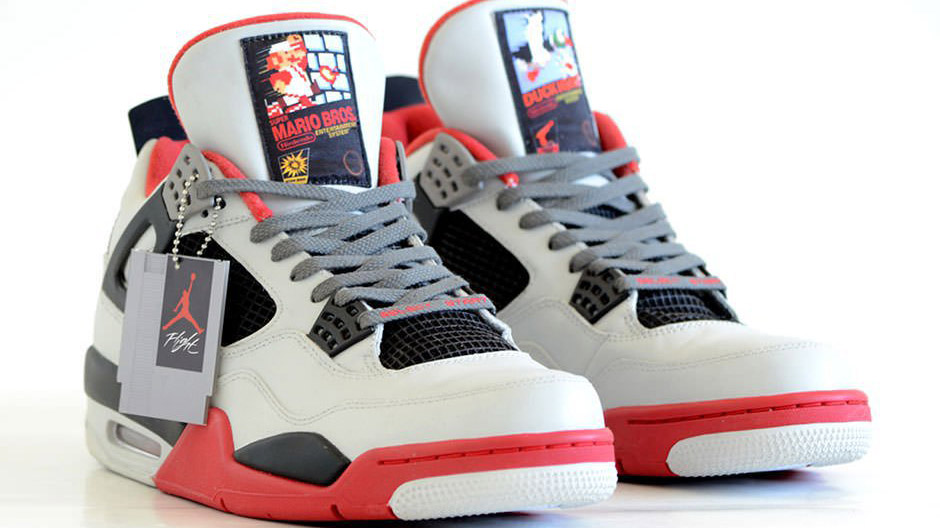 Los zapatos tienen integradosbotones y el D-pad de los controladores de la SNES en el talón y están decorados con imágenes del juego