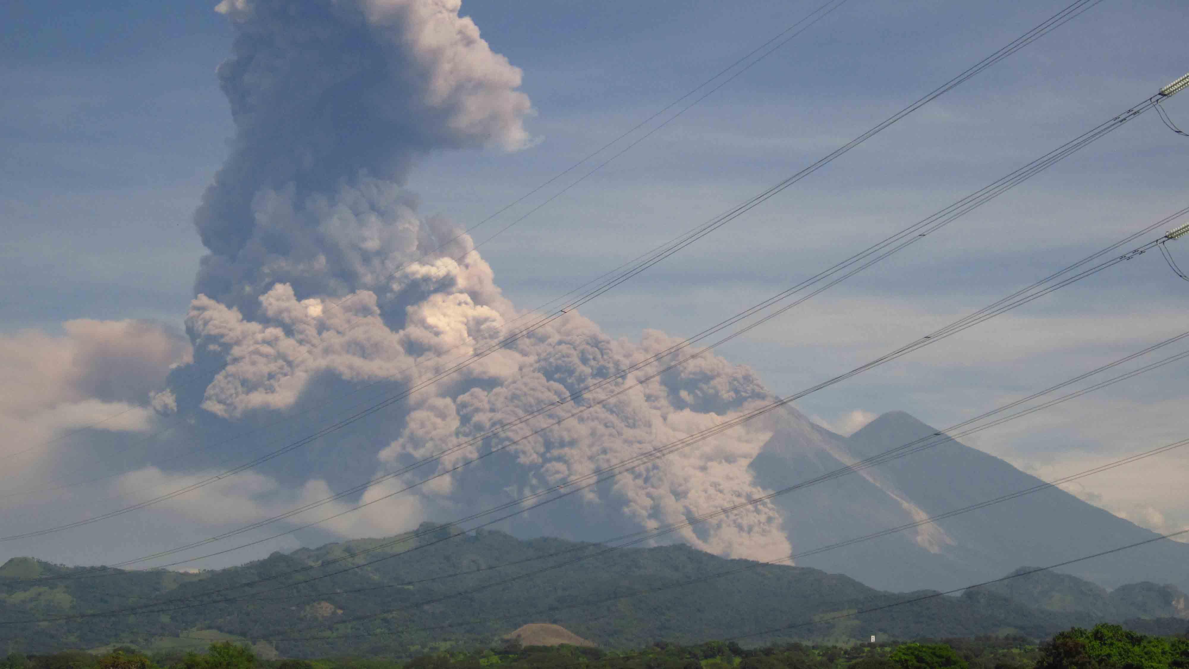 """El Instituto oficial encargado de vulcanología del país informó que el cráterse encuentra en una fase de constantes """"explosiones fuertes"""""""