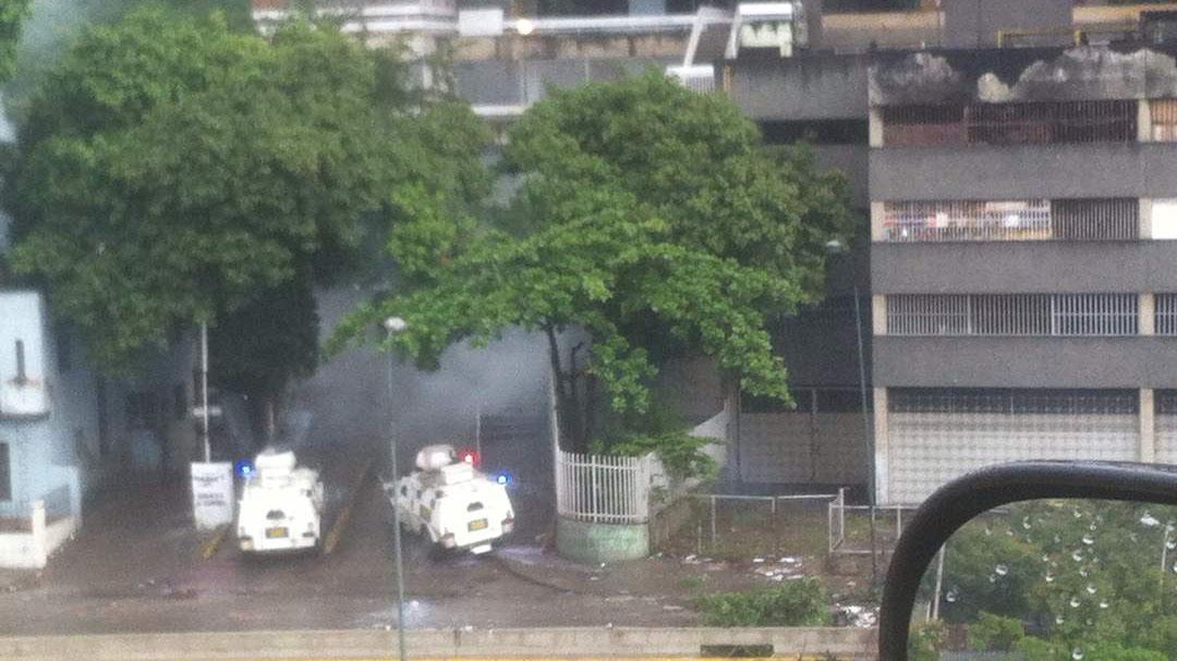 Desde tempranas horas vecinos de la localidad aseguran que la Guardia dispara bombas hacia los edificios