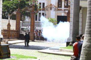 Equipos de prensa presentes en el lugar reportaron violencia, robos, heridos y destrozos en el edificio Legislativo