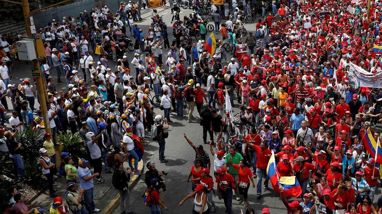 La MUD convocó un trancazo en todo el territorio nacional y los afectos al gobierno marchan hasta el TSJ