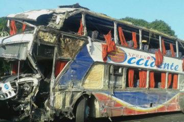 Un autobus de Expresos Occidente se volco en el sector Trincheras sentido Puerto Cabello causando ademas un saldo de 33 personas heridos