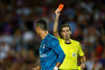 El delantero fue sancionado por el Juez Unico debido a su expulsion y la agresion contra el arbitro durante la final de la Supercopa
