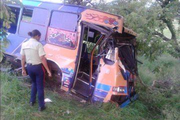 Nueve estudiantes de la UNES resultaron heridos luego de que el autobus en el que se trasladaban impactara contra un arbol