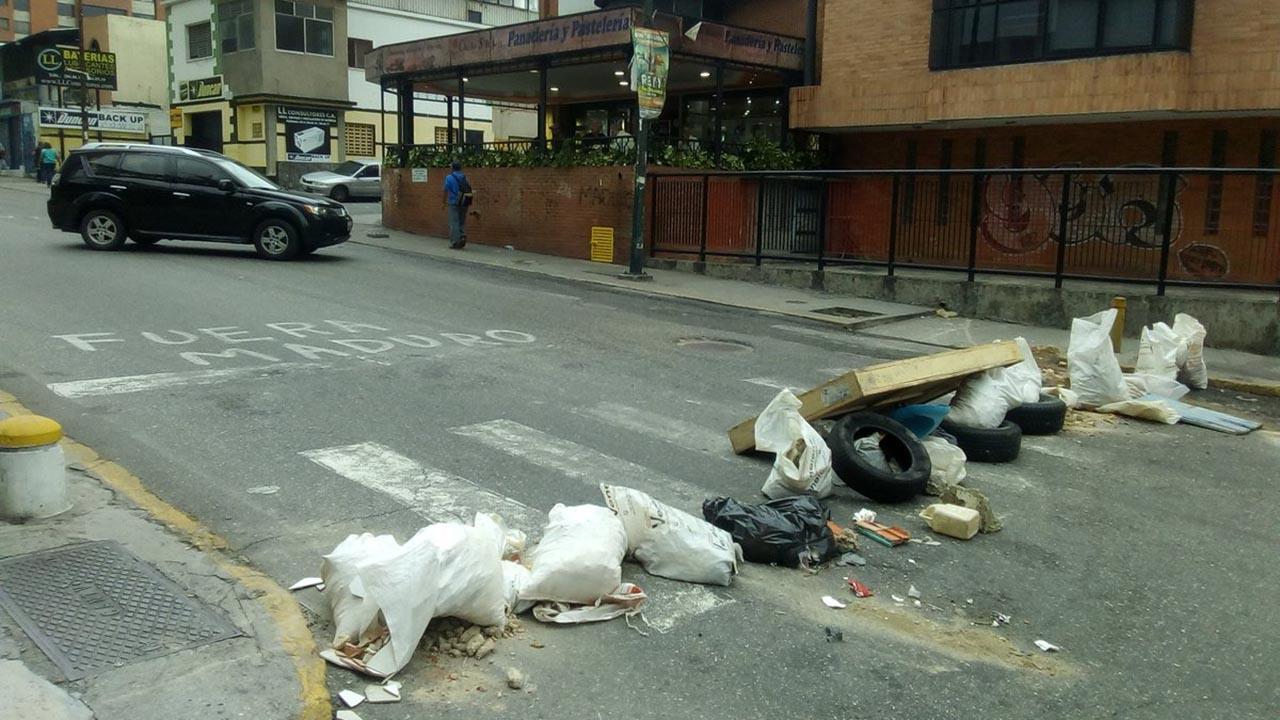 Usuarios dieron a conocer a traves de las redes sociales diferentes barricadas colocadas al este y oeste de Caracas