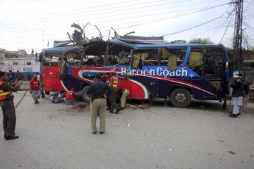 De acuerdo con las autoridades una bomba fue colocada en el borde de la carretera y detonada cuando un autobús con civiles paso por el lugar