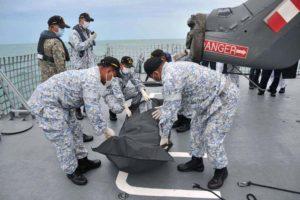 Un equipo de buceadores halló los cadáveres desaparecidos tras el accidente en Singapur