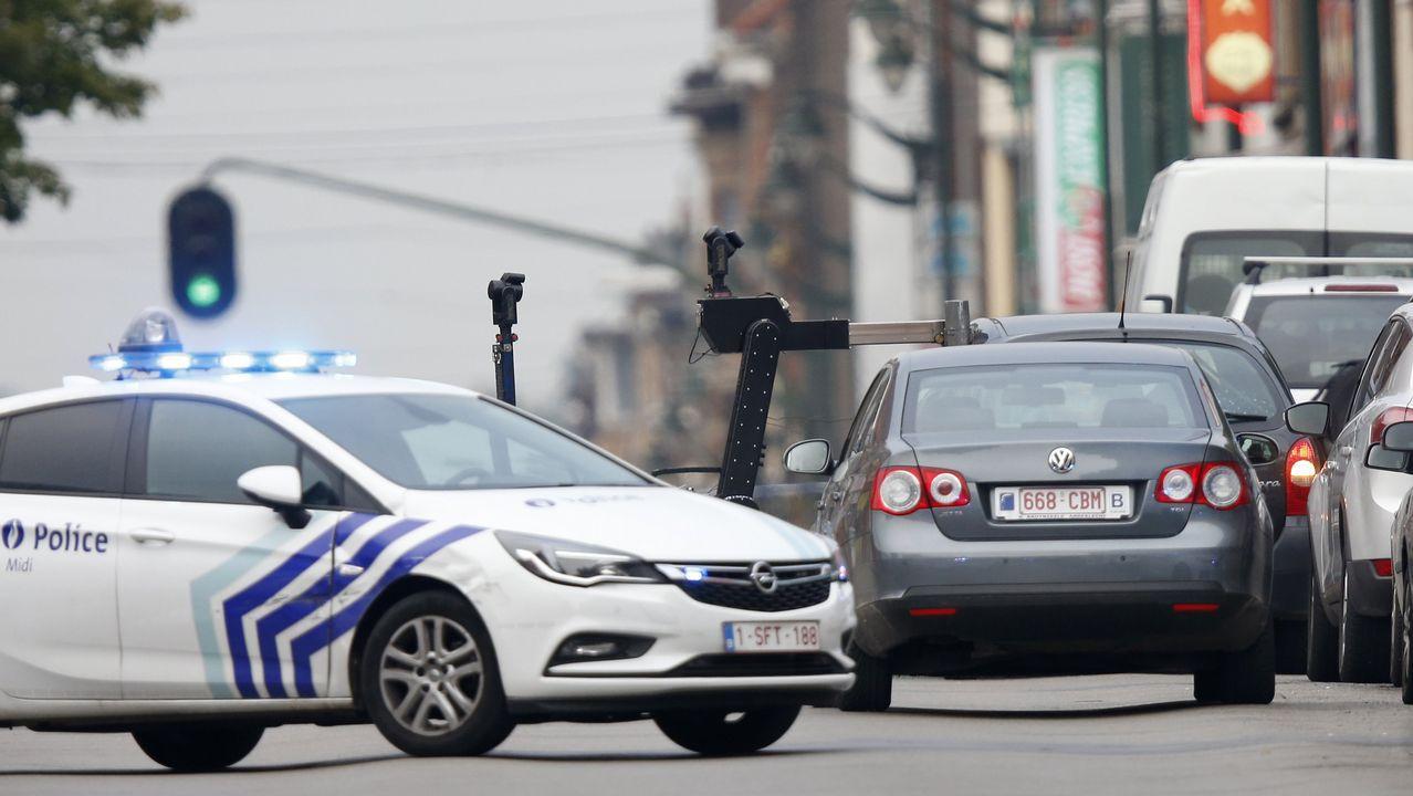 Luego de haber pasado la luz roja del semáforo, el conductor no obedeció el mandado de detención de los agentes y colisionó con otro vehículo