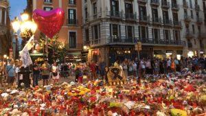Ciudadanos en Barcelona, España, rinden homenaje a las víctimas del atentado perpetrado con una camioneta el 17 de agosto