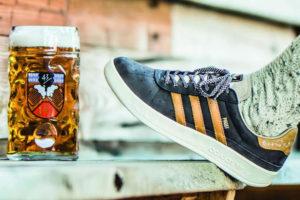 La firma germana diseño unos zapatos que repelen el vomito lo cual lo hace ideales para el evento cervecero