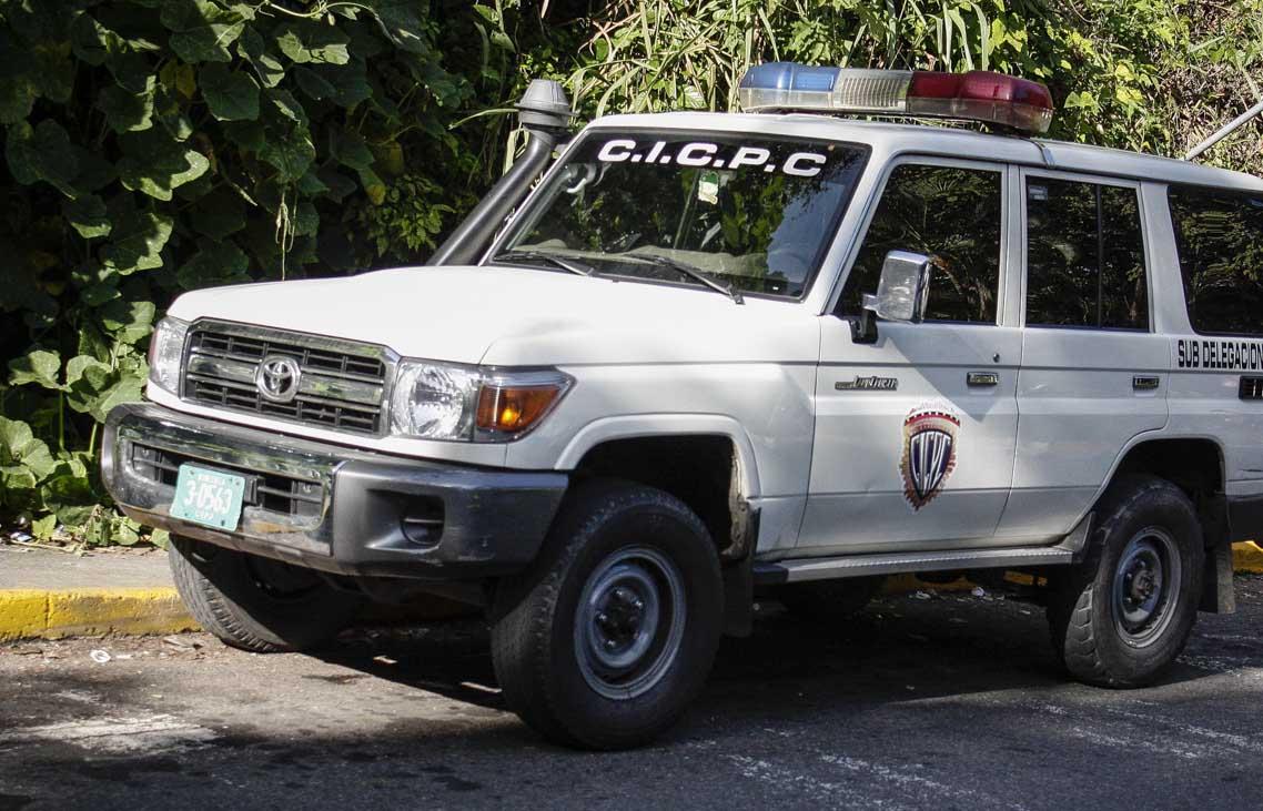 El occiso fue encontrado envuelto en una sábana con herida una de bala en el rostro y una chaqueta con logos alusivos al Ministerio de Interior, Justicia y Paz