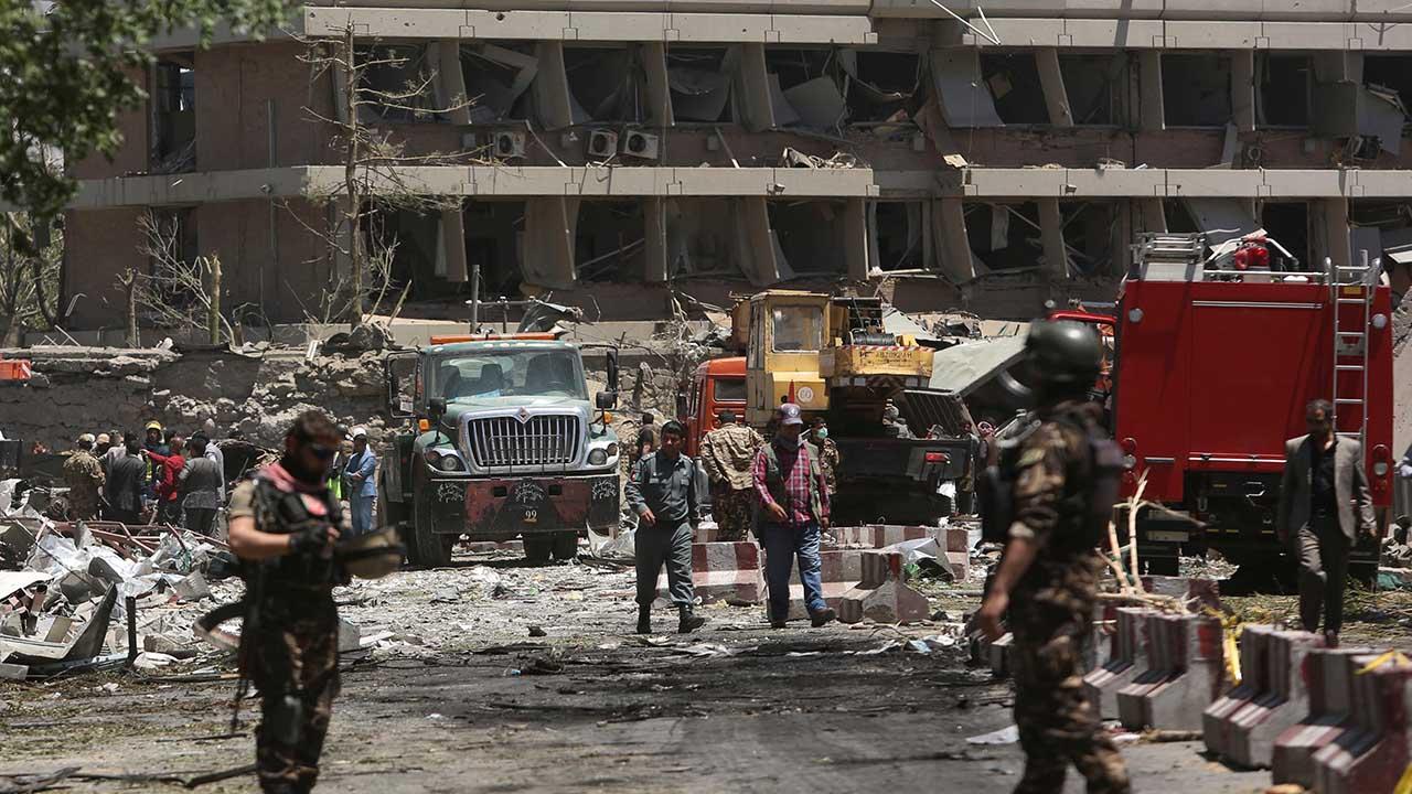 El grupo de atacantes lanzo una granada al paso del convoy del ministro regional Naeem Akhtar