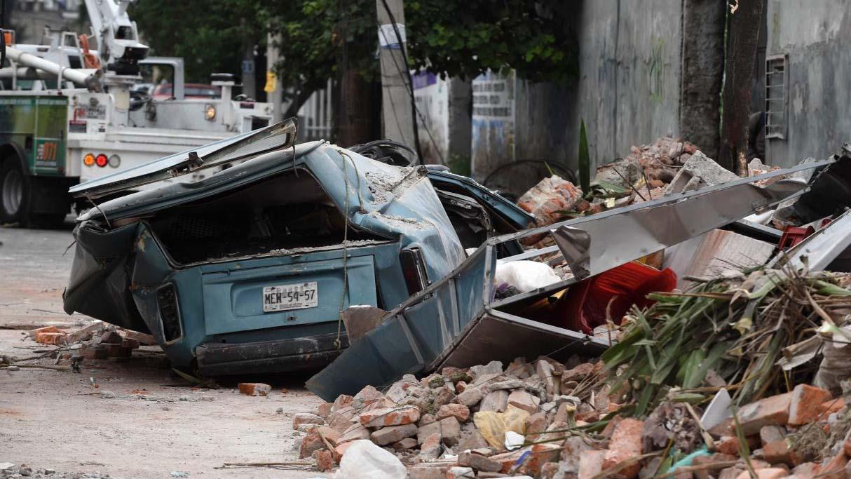 Los equipos de rescate continúan removiendo escombros con las manos y con ayuda de perros en busca de personas sepultadas en los derrumbes