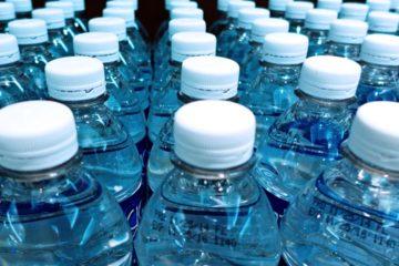 Un químico escocés que ha desarrollado un envase que se descompone en el agua en tres semanas