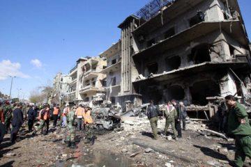 El Observatorio Sirio de Derechos Humanos aseguro que se registraron tres explosiones dos perpetradas por kamikazes y otra por un carro bomba