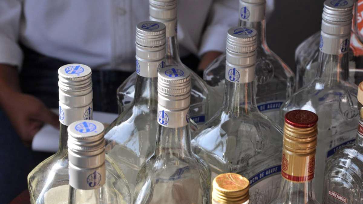 Los afectados compraron por separado el alcohol elaborado de manera artesanal en tiendas clandestina de Quito