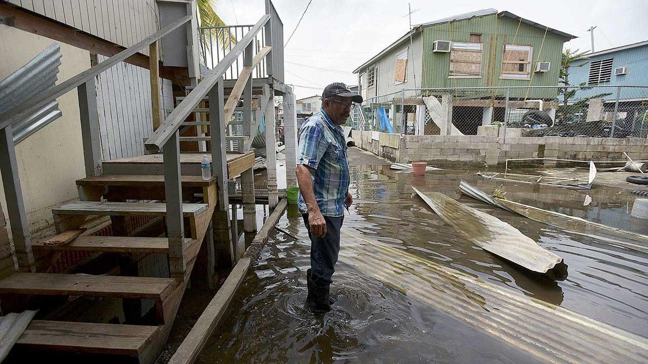 Tras la reunión con las autoridades locales y los responsables de los servicios de emergencias, él y la primera dama se vieron con algunas víctimas del huracán