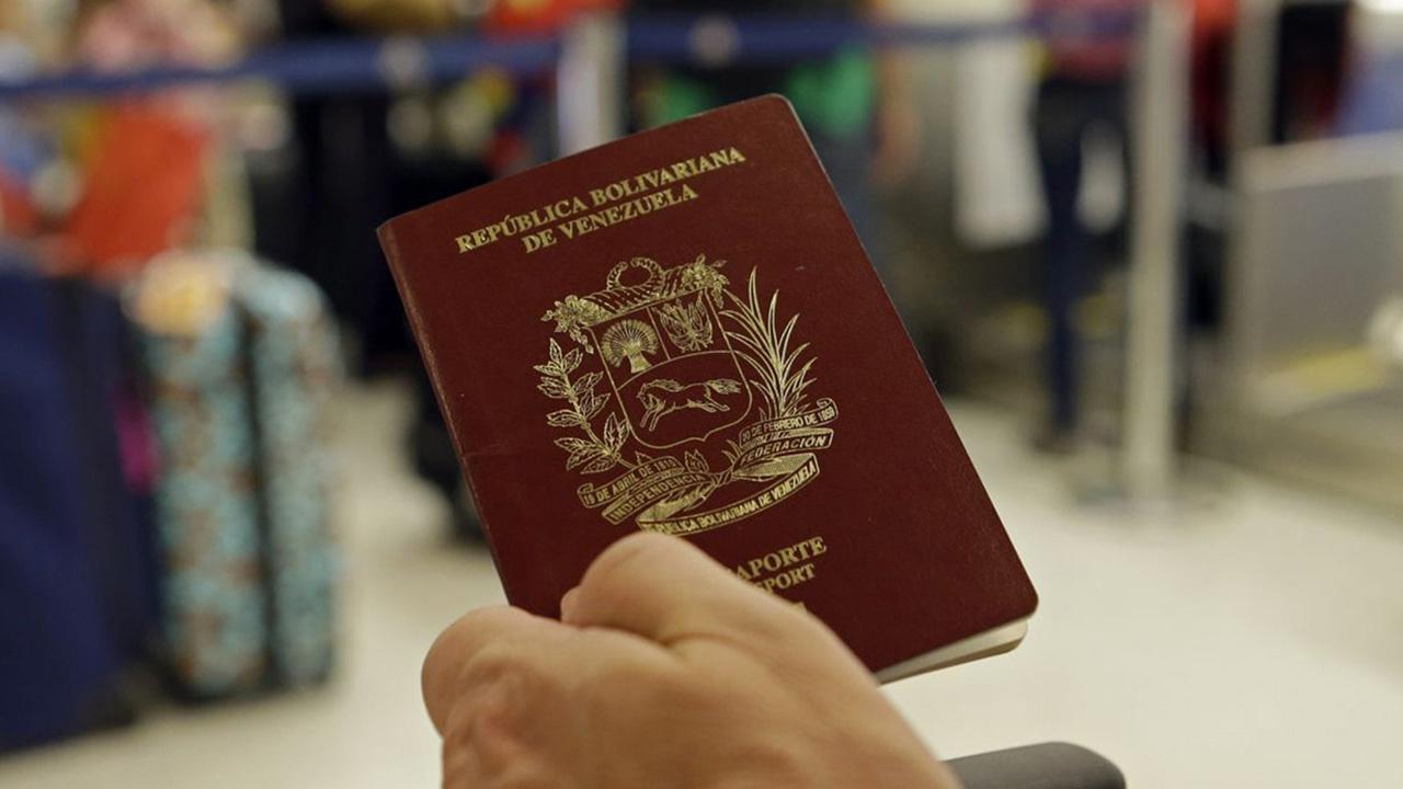 El canciller de Chile, Roberto Ampuero, informó que dos visados fueron concedidos en turismo a haitianos