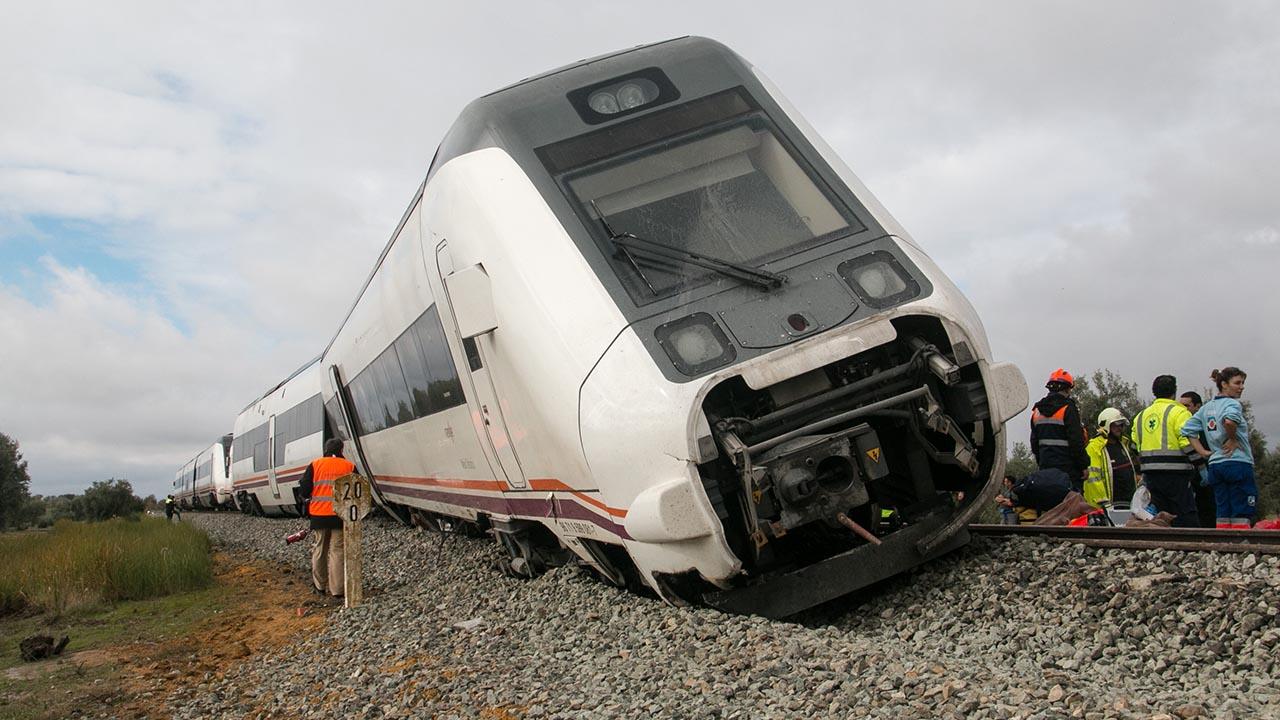 Tras las inundaciones, la unidad de transporte ferroviario se salió de la vía en el trayecto de Málaga a Sevilla