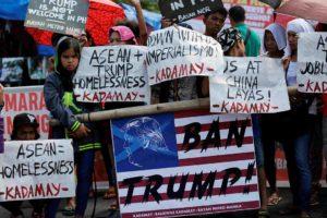 Más de 200 manifestantes se apostaron cerca de la embajada de EE.UU. en Manila para expresar su rechazo a la visita del mandatario norteamericano
