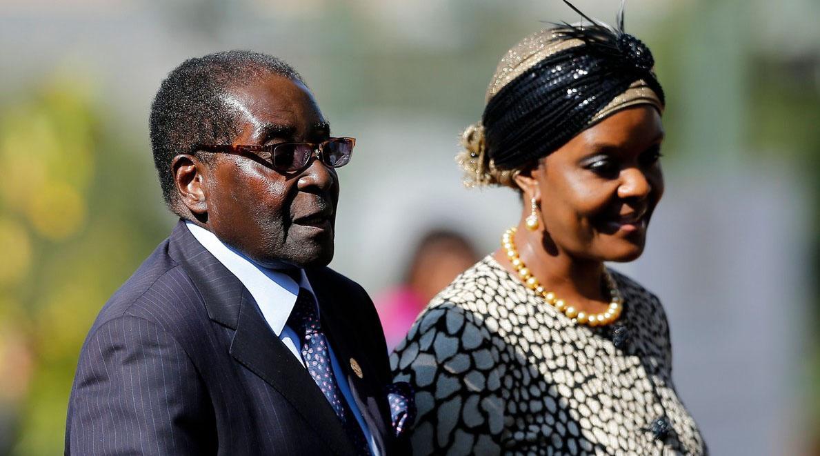 El mandatario de 93 años acudió a una ceremonia de graduación en la Open University de Zimbabue