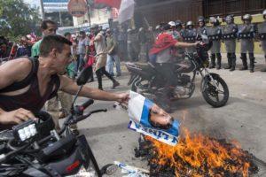 Seguidores del candidato opositor hondureño, Salvador Nasralla, tomaron las calles y se enfrentaron a efectivos de la Policía Nacional del país