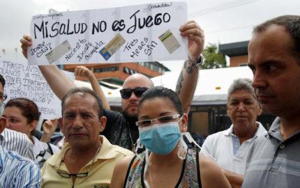 Los manifestantes visitaron diferentes embajadas y dejaron un comunicado sobre la escasez de medicamentos en el país