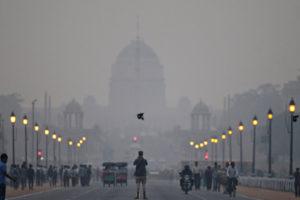 El jefe del Gobierno de la capital pidió suspender las clases y la Asociación Médica de India recomendó no estar en espacios al aire libre