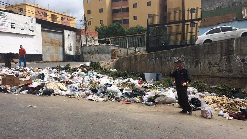 """Según habitantes de la comunidad la contaminación es """"tan grave"""" que los locales de comidas están siendo afectados por """"insectos y roedores"""""""