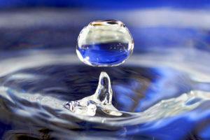 Las gotas cuánticas de la sustancia en una cuchara, ocuparían toda una piscina olímpica, con la misma densidad del H2O