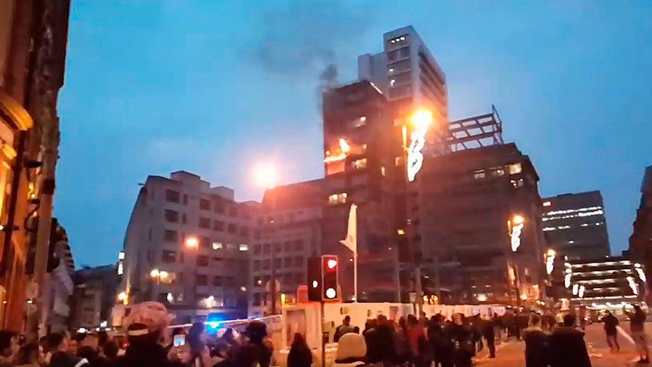 Aún no se determina que originó el fuego en la edificación de 12 pisos