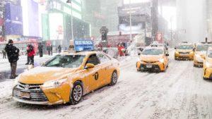 Taxis circulan este jueves en Times Square, Nueva York