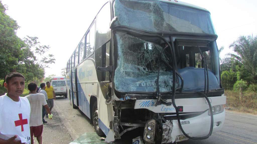 El siniestro ocurrió la madrugada cerca del poblado guatemalteco de Río Hondo cuando el autobús chocó de frente con un carro particular
